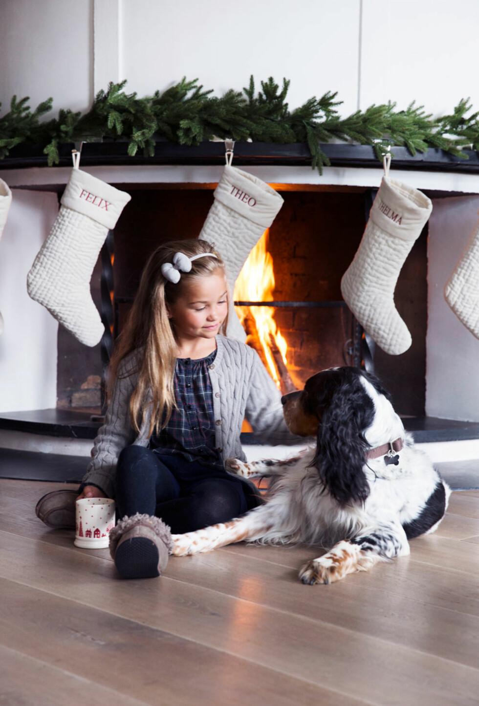 Thelma og Isac nyter gløgg, førjulsstemning og hverandre. De fine julestrømpene med navnene på er bestilt fra amerikanske Pottery Barn. Foto: Yvonne Wilhelmsen