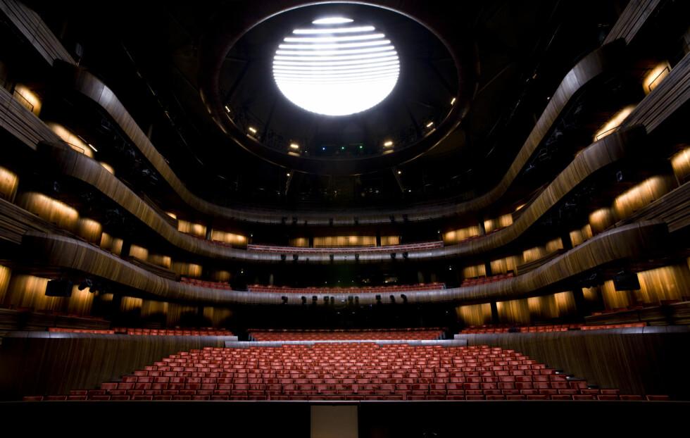 <strong>PLASS TIL MANGE:</strong> Inne på hovedscenen til Den Norske Opera er det plass til mange tilskuere.  Foto: Erik Berg / Operaen.no