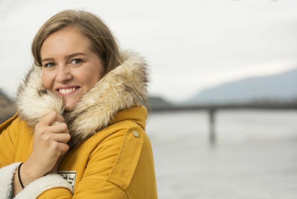 SKRIVINGEN BLE TERAPI: Tidligere i høst ga Pernille ut boken «Når superhelter dør». – Jeg har fått mange gode tilbakemeldinger fra folk som sier de føler seg mindre alene etter å ha lest boken min. Foto: Sverre Jarild