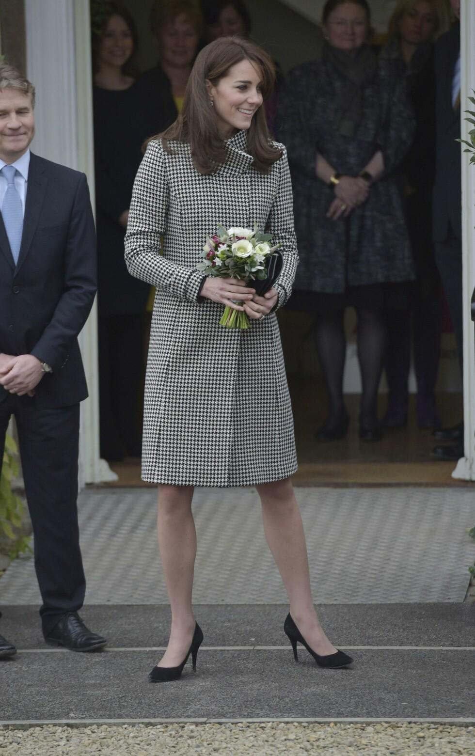 FÅR DET TIL Å FUNKE: Hertuginne Kate er blant de få Nadine Monroe mener kan gå med hudfargede strømpebukser - noen ganger. Foto: Pa Photos