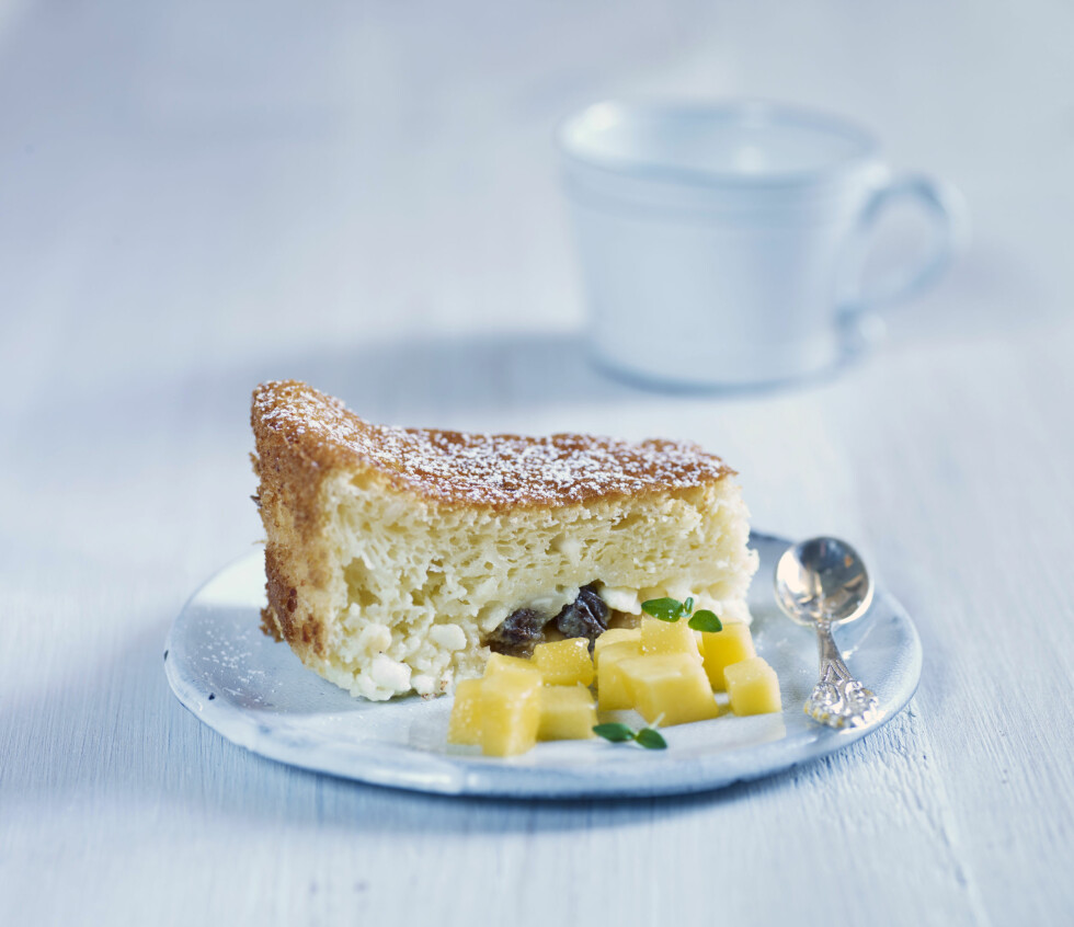 KAKE MED COTTAGE CHEESE: Er proteinrikt og godt til dessert. Prøv oppskriften i helgen!  Foto: Grete Roede AS