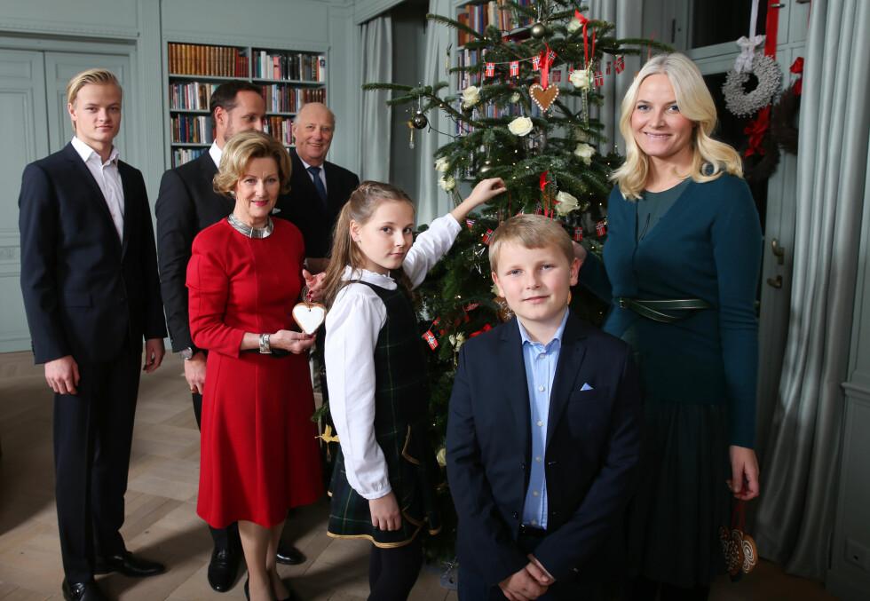 GOD JUL!: Kong Harald, dronning Sonja, kronprins Haakon, kronprinsesse Mette-Marit, prinsesse Ingrid Alexandra og prins Sverre Magnus og Marius Borg Høiby poserte på Skaugum i desember.  Foto: NTB Scanpix