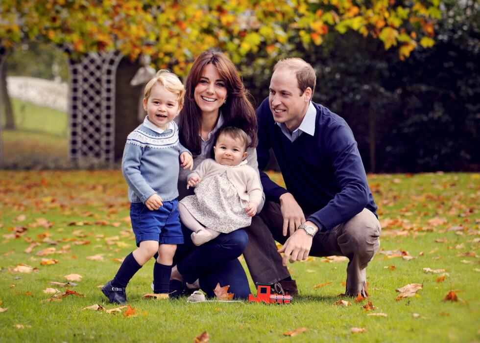 HILSEN TIL FOLKET: Bildet av hertuginne Kate, prins William, prins George og prinsesse Charlotte ble tatt i høst, men ble delt av slottet på sosiale medier 18. desember - sammen med en julehilsen til folket.  Foto: NTB Scanpix