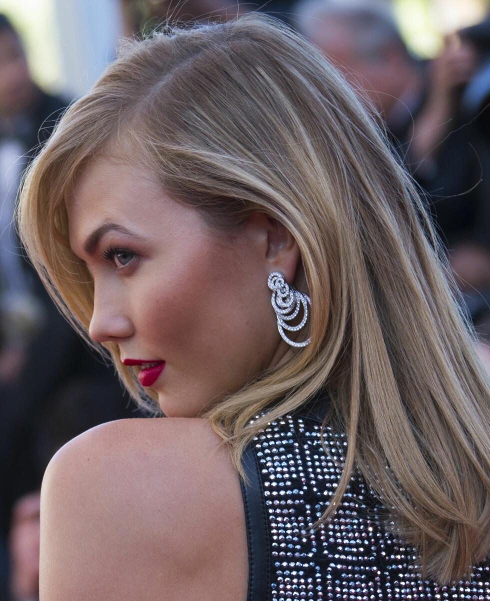 KARLIE KLOSS: Den 23 år gamle supermodellen går for et par statementøredobber nå. Går du for et par i glitrende sølv som Karlie, eller et par fargerike? Finn din favoritt i kollasjen over! Foto: Reuters