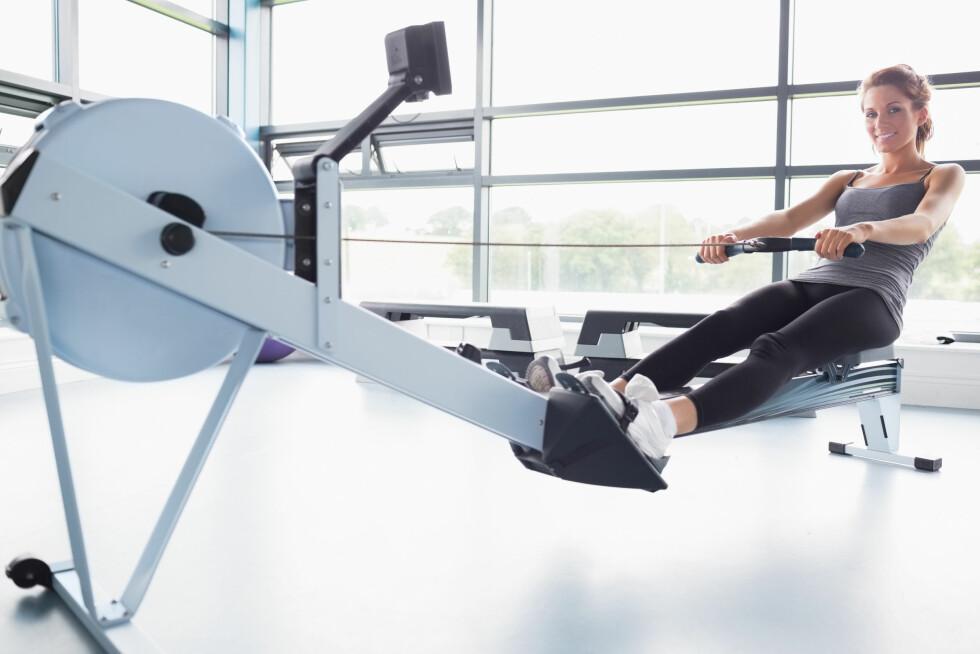 TEKNIKK: Press fra med beina, hold brystkassen opp, spenn buken og trekk håndtaket mot deg til det når nederste del av brystbenet. Foto: Shutterstock / wavebreakmedia