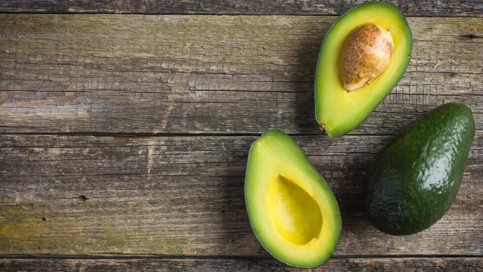 SKRELLE AVOKADO RIKTIG: Avokadoen er en skikkelig superfrukt, og mye av helsen sitter rett under skallet. Skreller du den riktig får du i deg alle de helsebringende stoffene dens. FOTO: NTB Scanpix