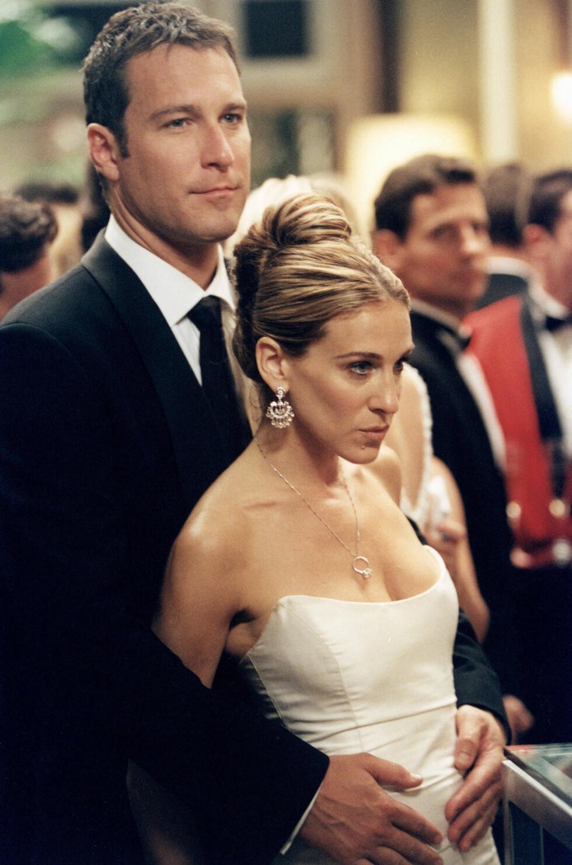 DEN GANG DA: TV-seerne rev seg i håret da Carrie Bradshaw var utro mot kjæresten Aidan (spilt av John Corbett) i sesong tre - som ble sendt i 2000. Dette bildet er tatt av det fiktive paret etter at de fant tilbake til hverandre igjen i sesong fire. Foto: NTB Scanpix
