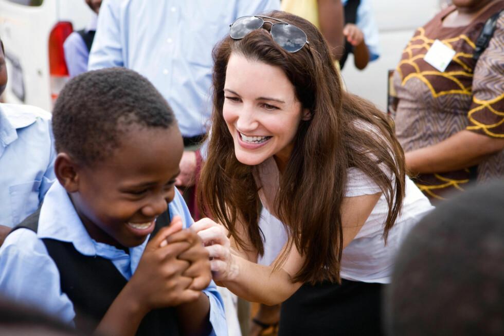 ENGASJERER SEG: Etter at siste sesong av «Sex og singelliv» ble sendt i 2004, har Kristin Davis jobbet for å bedre både dyr og mennersker ve og vel. Hun er en hengiven ambassadør for den humanitære organisasjonen Oxfam, og er også beskytter av «The David Sheldrick Wildlife Trust». Dette bildet er tatt i Kenya i 2011. Foto: NTB Scanpix