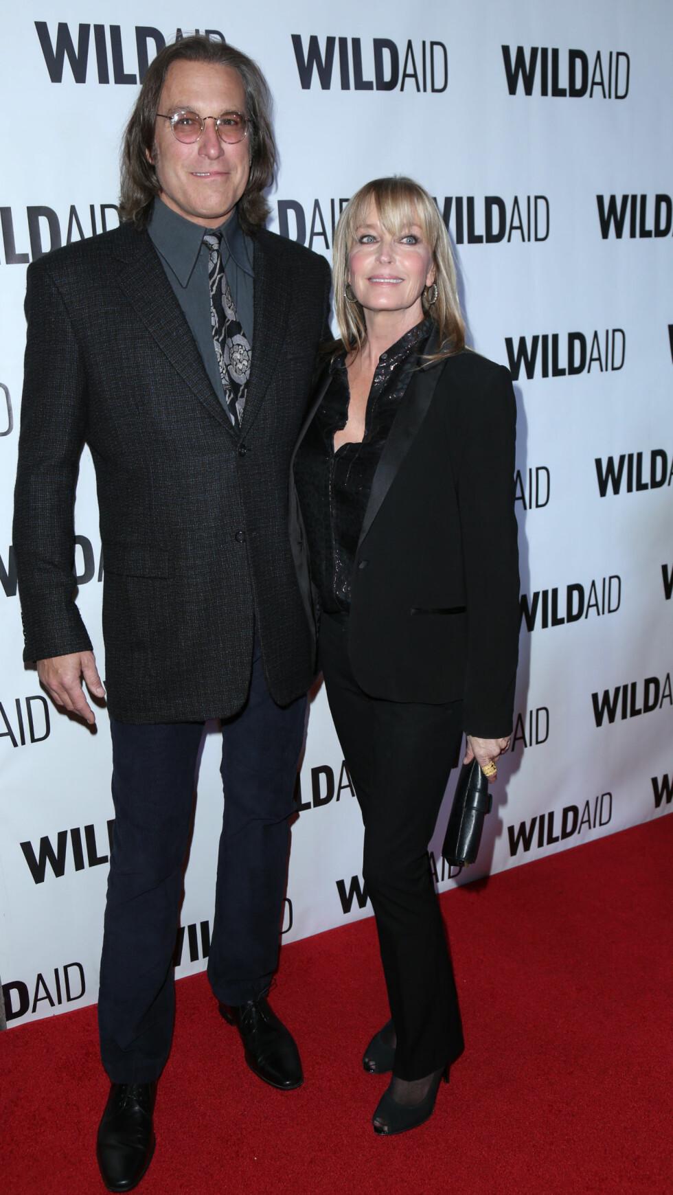 SKUESPILLERPAR: John Corbett spilte Carries andre store kjærlighet - Aidan Shaw. På privaten er han samboer med skuespiller Bo Derek. Dette bildet er fra november. Foto: NTB Scanpix