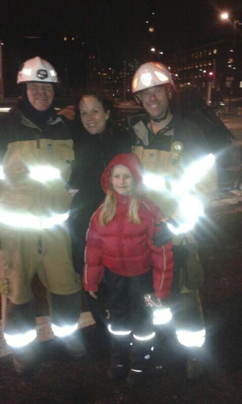 <strong>Det gikk bra:</strong> Sandra Marielle og Isa med redningspersonalet. Foto: Privat