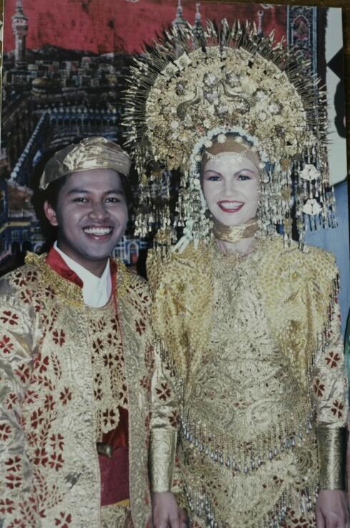 <strong>BRYLLUP:</strong> De giftet seg både i Indonesia og i Norge. Camilla hadde en 3,5kilo tung krone på hodet under den indonesiske seremonien. Foto: Privat