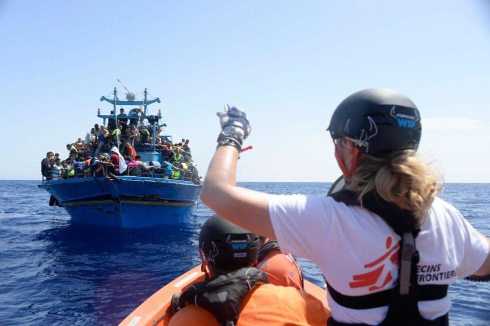 Lindis Hurum speidet etter flyktningebåter i Middelhavet i sommer. Foto: Francesco Zizola/ Leger Uten Grenser