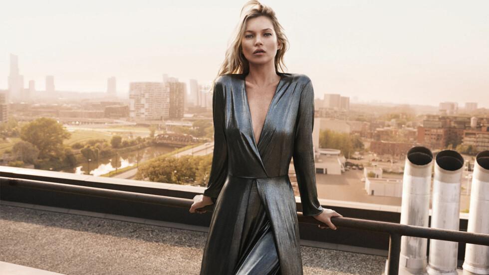 FESTKJOLER: En kjole liknende denne Kate Moss har på seg i kampanjen til Mango finner du i bildekarusellen nede i saken i tillegg til mange, mange flere festkjoler! Foto: Splash News