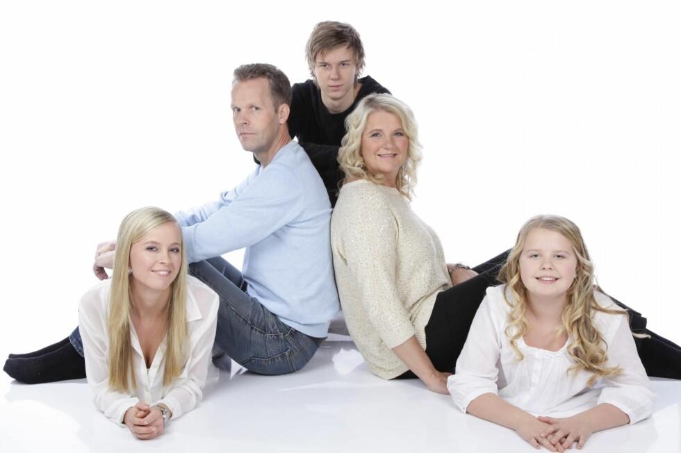 <strong>STØTTESPILLERE:</strong> Marie kom til onkel og tante da hun var 13 år gammel. Der var det trygt. Fra venstre: Marie, Ståle (onkel), Thomas (20), Marianne (tante) og Tonje (14). Foto: PRIVAT