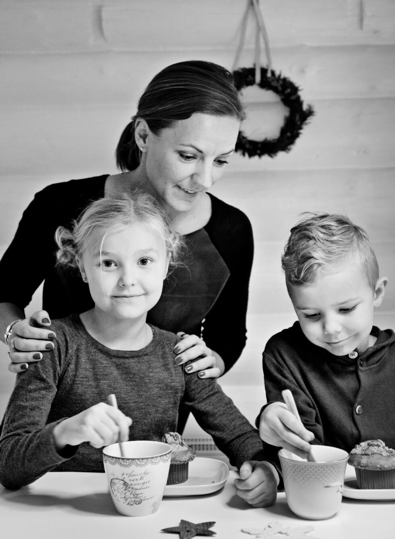 FAMILIEKOS: Sara med barna Frida og Tristan.  Foto: ina agency