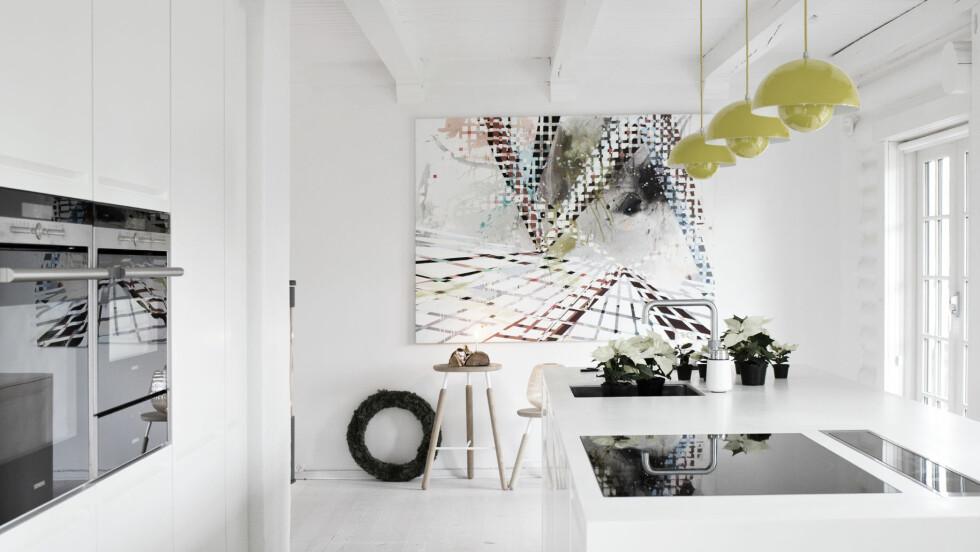 FÅ INN FARGE PÅ KJØKKENET: Hold interiøret hvitt og rent, men bryt med en knall farge, som gult. Kjempekult!  Foto: Ina Agency