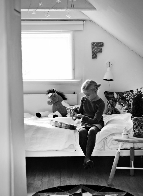 BOKSTAVER PÅ VEGGEN: På Fridas soverom henger en F som i Frida.   Foto: Ina Agency