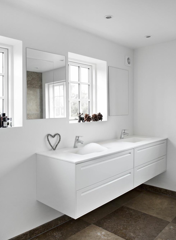 LEKKERT BADEROM: Store vinduer og hvitt interiør preger det flotte badet.  Foto: Ina Agency