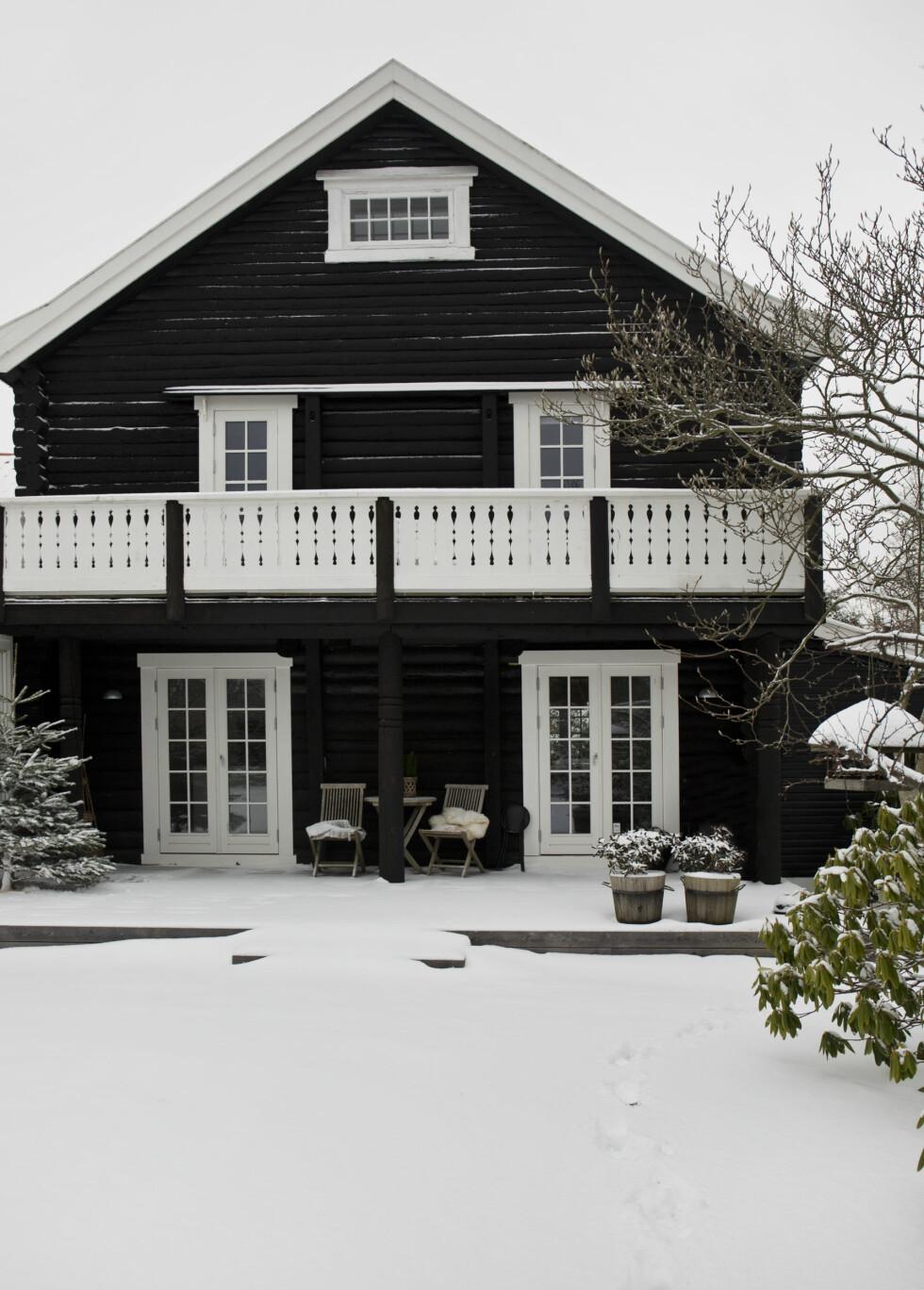 ET SKIKKELIG JULEHJEM: Det vakre huset sett fra utsiden ser ut som et skikkelig vinterparadis!  Foto: Ina Agency