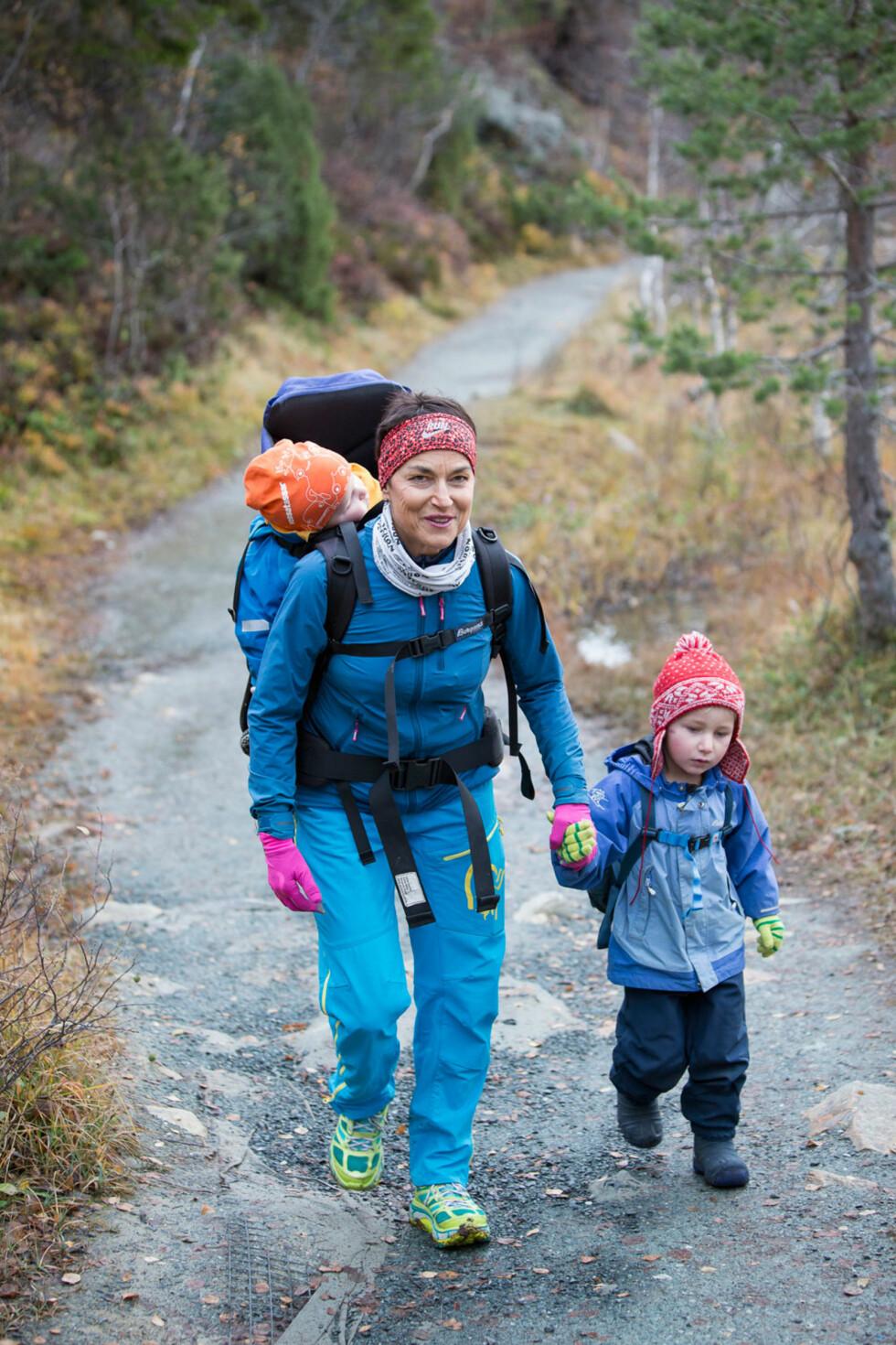 FARMOR MED OVERSKUDD: Farmor Ingvill-Merete Stedøy Johansen (58) er matematiker, lærer og lærebokforfatter. I tillegg er hun en av Norges sprekeste 58-åringer. Hun elsker å dra på tur med barnebarna Jens (1) og Even (4), og reiser til Trondheim så ofte hun kan for å besøke dem.  Foto: Ole Morten Melgård