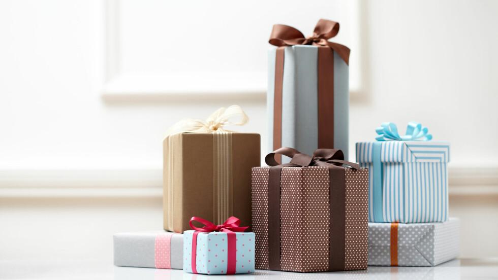 JULEGAVER: Ingenting er bedre enn å gi bort en gave som virkelig faller i smak hos hun som får den. I tillegg er det godt å tenke på at vi ikke har tømt hele lommeboka for å få det til eller! Nede i saken kan du se en rekke superfine julegaver til under 500 kroner. Foto: Shutterstock / soo hee kim