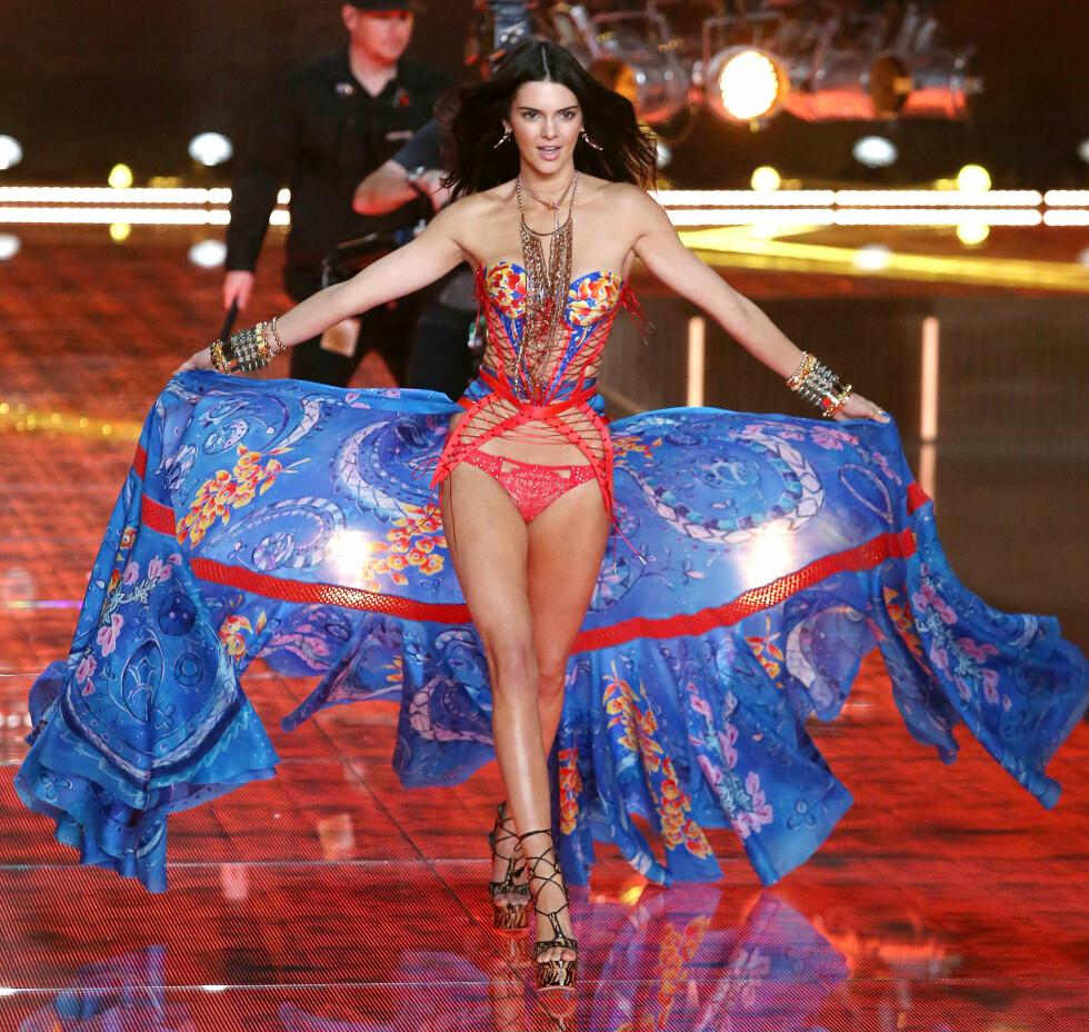 EN ENGEL I BLANT OSS: Kendall Jenner viste hva hun var god for på catwalken under det årlige Victoria's Secret Fashion Show i New York i begynnelsen av november. Foto: NTB Scanpix