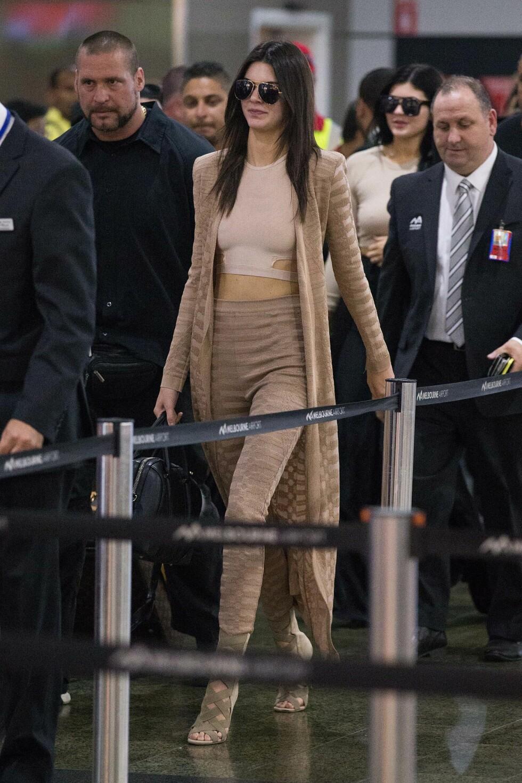 PÅ REISE: Kendall Jenner kler seg sofistiker og klassisk selv når hun skal på reise. Her fra flyplassen i Melbourne i november. Foto: NTB Scanpix