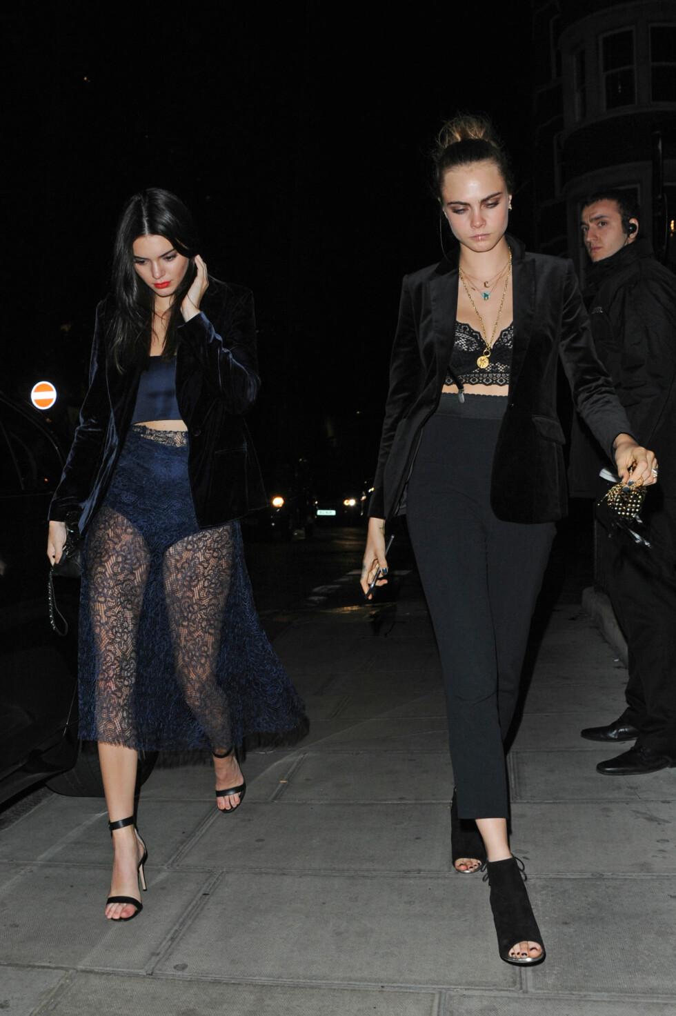 PÅ BYEN: Kendall Jenner gikk for en sexy blondelook da hun og venninnen Cara Delevingne testet ut utelivet i London i oktober. Foto: NTB Scanpix