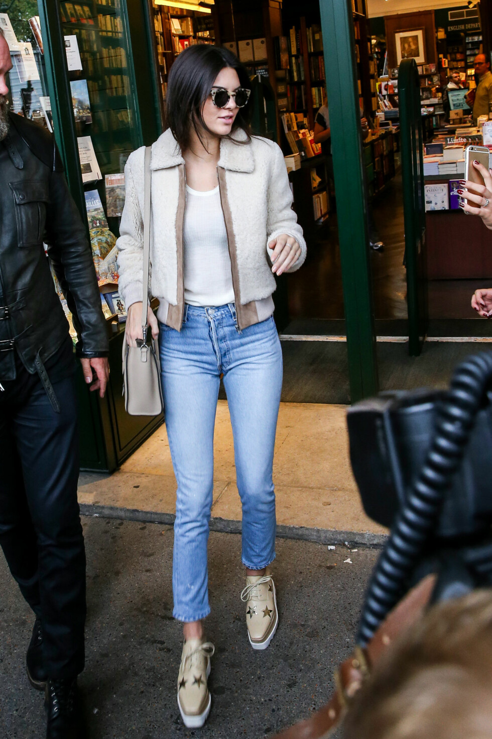 PÅ SHOPPING: Kendall Jenner out and about i Paris i oktober. Foto: NTB Scanpix
