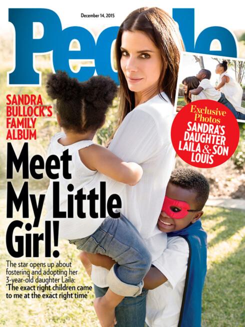 SNAKKER UT: Sandra Bullock har åpnet opp om familielivet til amerikanske People, og poserer med barna Louis og Laila på front. Foto: Faksimile People