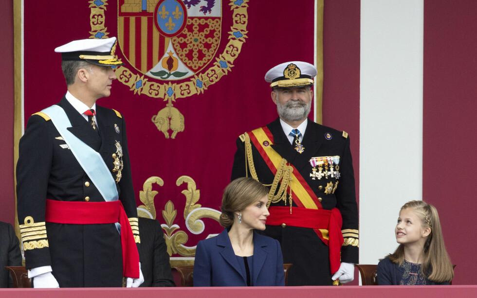 KOMMENDE DRONNING: Kronprinsesse Leonor (10) av Spania tar en dag over tronen etter pappa Felipe og mamma dronning Letizia. Her under militærparaden i Madrid i forbindelse med Spanias nasjonaldag 12. oktober. Foto: NTB Scanpix