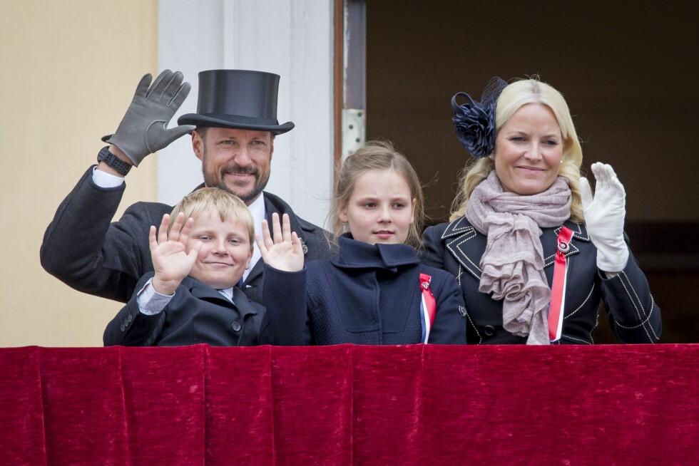 PÅ SLOTTET: Ingird Alexandra og Sverre Magnus vinker til folket på slottsbalkongen 17. mai 2015, sammen med mamma Mette-Marit og pappa Haakon. Foto: NTB Scanpix