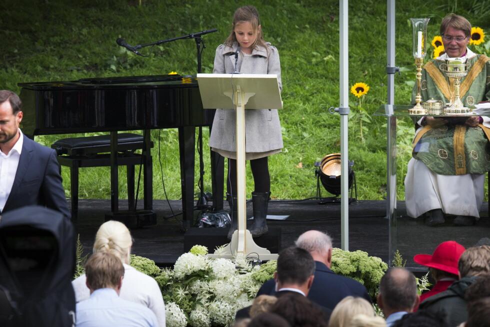 TALTE TIL MAMMA: Da kronprinsesse Mette-Mari fylte 40 år i 2013 holdt Ingrid Alexandra en tale under friluftsgudstjenesten i Dronningparken utenfor slottet i Oslo. Hun leste Frans av Assisis' bønn under gudstjenesten. Foto: NTB Scanpix