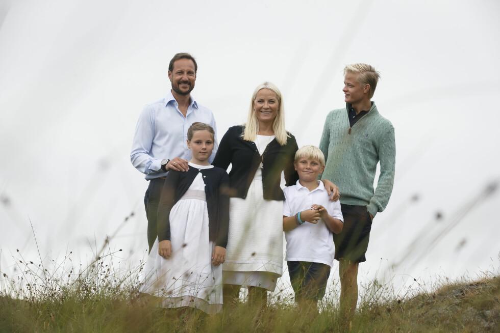 FIN FAMILIE: Kronprinsfamilien ble i fjor fotografert på sitt feriested på Dvergsøya utenfor Kristiansand. Fra venstre: Kronprins Haakon, prinsesse Ingrid Aleksandra, kronprinsesse Mette-Marit, prins Sverre Magnus og Marius Borg Høiby. Foto: NTB Scanpix