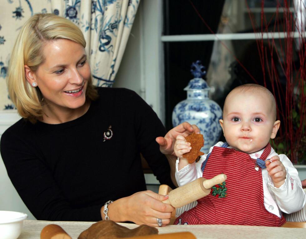 TIDLIG KRØKES: Prinsesse Ingrid Alexandra fotografet hjemme på Skaugum i Asker 17. desember 2004. Da var hun 11 måneder. Foto: NTB Scanpix