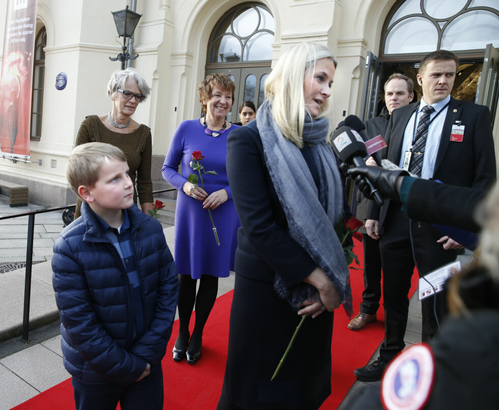 I BAKGRUNNEN: Prins Sverre Magnus var med mamma kronprinsesse Mette-Marit på Redd Barnas Fredsprisfest på Nobel Fredssenter 10. desember. Her observerer han mens mamma snakker med pressen. I bakgrunnen: Nobels Fredssenter-direktør Bente Erichsen (t.v.) og Oslo-ordfører Marianne Borgen. Foto: NTB scanpix