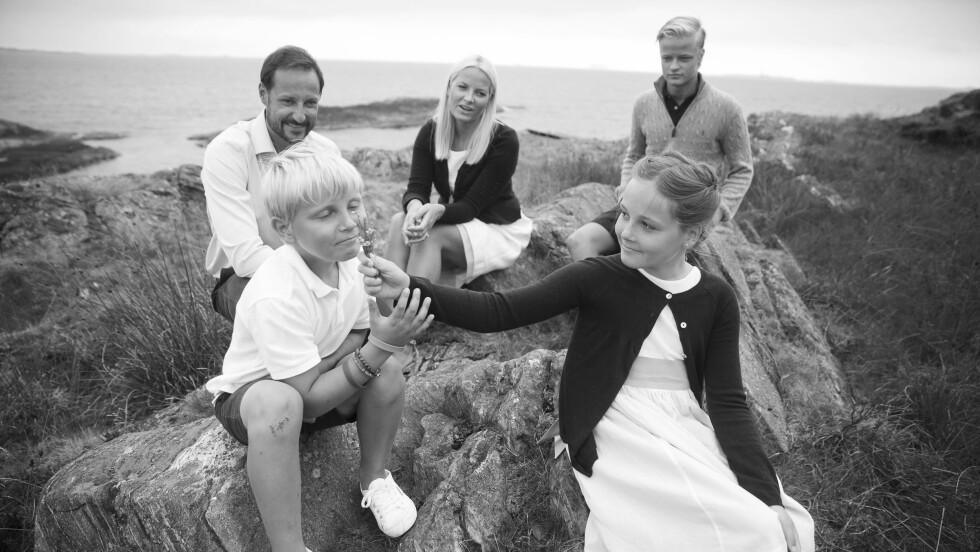 KRONPRINSFAMILIEN: Dette bildet er tatt på kronprinsfamiliens feriested på Dvergsøya utenfor Kristiansand. Her er Ingrid Alexandra og Sverre Magnus med pappa kronprins Haakon (42), mamma kronprinsesse Mette-Marit (42), og halvbror Marius Borg Høiby (18). Foto: NTB Scanpix