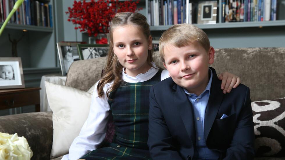 KONGELIGE PLIKTER: Prinsesse Ingrid Alexandra (11) og prins Sverre Magnus (10) skal en vakker dag ta over etter mor og far, og farmor og farfar - som henholdsvis dronning og prins. De har allerede begynt å «få opplæring» i hvordan å forberede seg på de rojale pliktene som venter. Dette bildet er tatt i desember, under kongefamiliens årlige julefotografering på Skaugum. Foto: NTB Scanpix