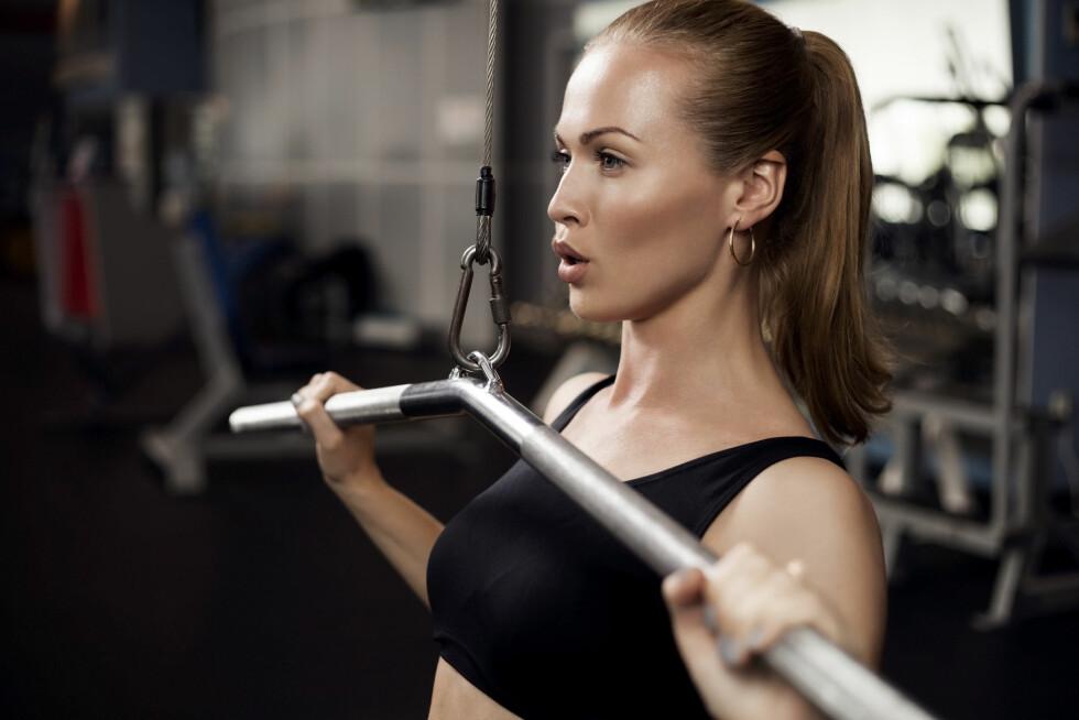 <strong>TRENING:</strong> Aktivitet er det som i størst grad påvirker forbrenningen, og trener du også styrke vil den økte muskelmassen også øke forbrenningen. Foto: Shutterstock / OPOLJA