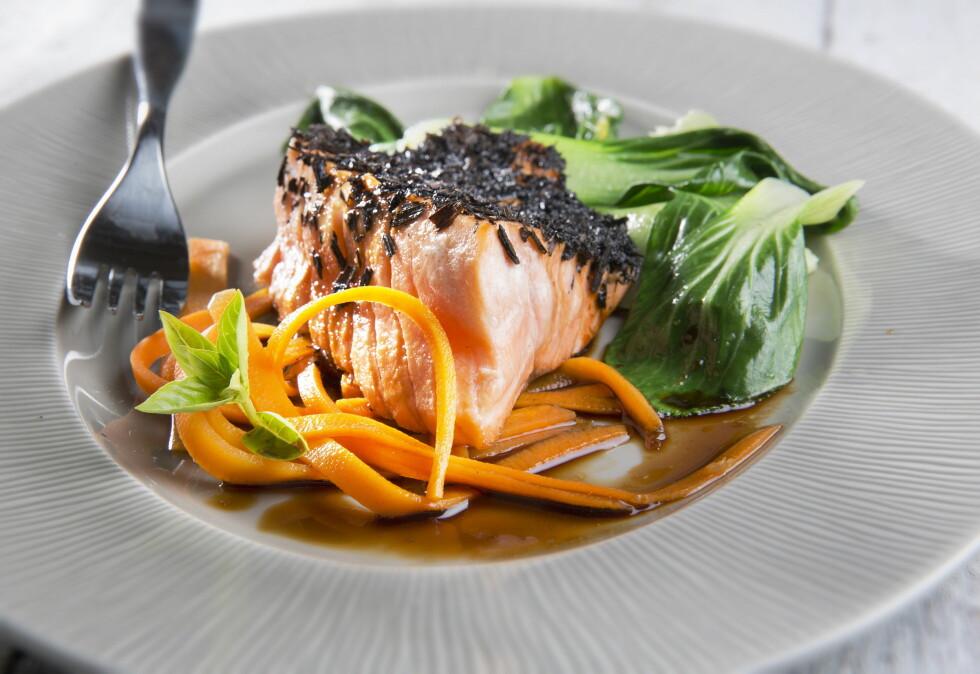 <strong>HUSK Å SPISE FISK:</strong> Fet fisk bidrar med blant annet omega 3 og D-vitamin og er spesielt viktig for oss nå når vi ikke får så mye sol.  Foto: Magnar Kirknes/Scanpix