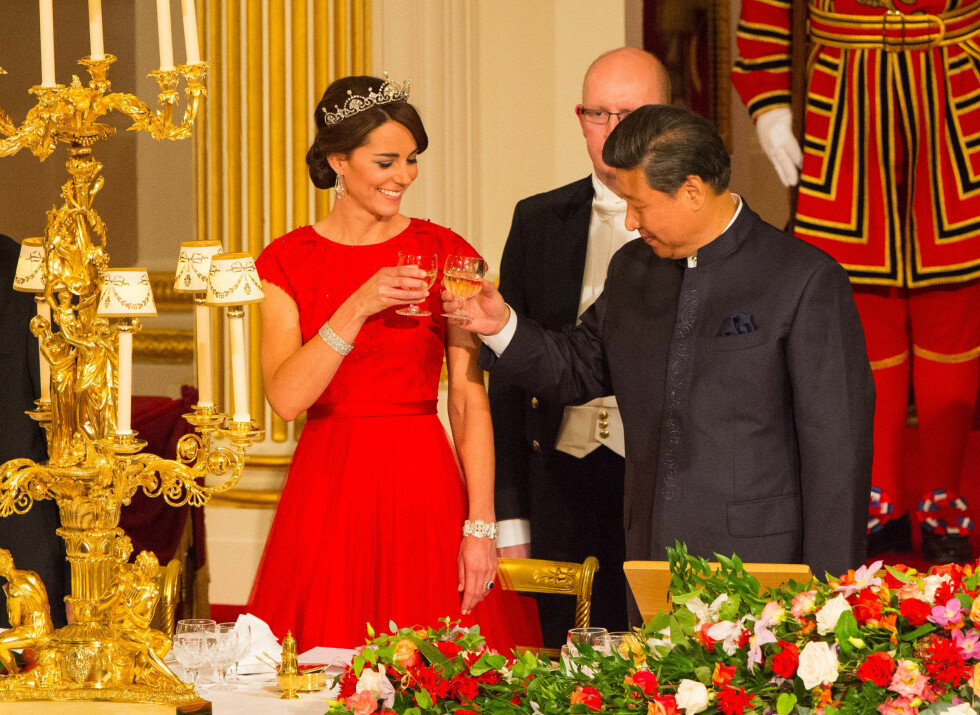 <strong>HERTUGINNE KATE:</strong> Det var duket til fest på Buckingham Palace da den kinesiske presidenten Xi Jinping var på statsbesøk i Storbritannia i slutten av oktober. Her skåler han med hertuginne Kate som så fantastisk vakker ut i en knallrød, perlebelagt kjole.  Foto: NTB Scanpix