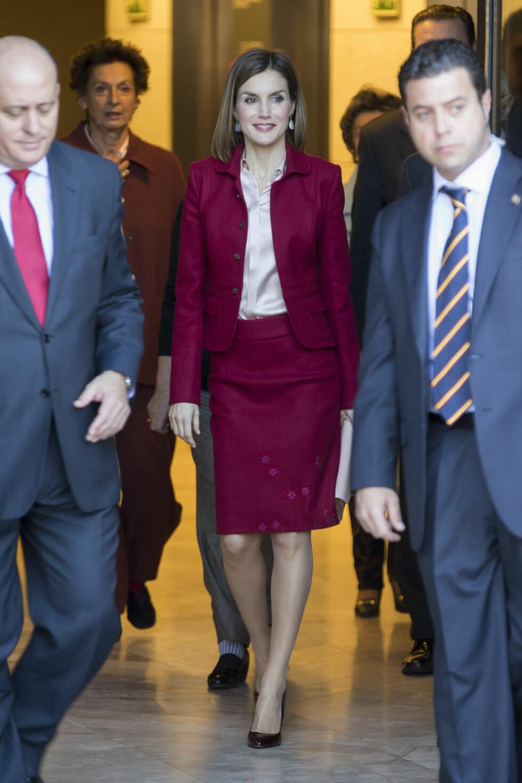 <strong>FORMELT:</strong> Spanskedronning Letizia i en burgunderrød dressjakke-variant, under en tilstelning i Madrid i slutten av november. Hun spriter opp antrekket med et par turkise øredobber. Foto: Danapress