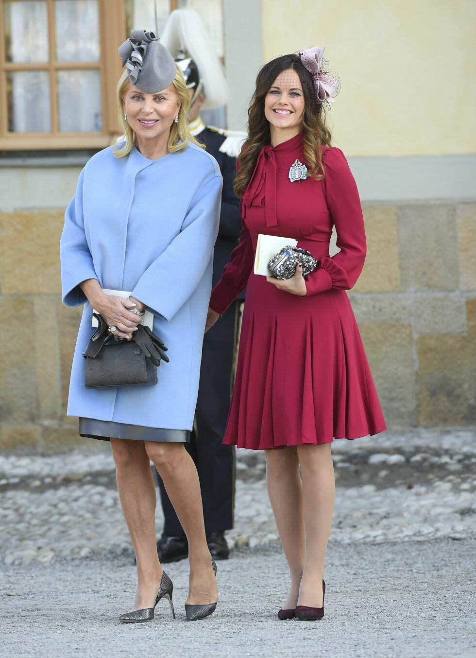 <strong>GRAVID:</strong> Prinsesse Sofia av Sverige med prinsesse Madeleines svigermor Eva Maria O'Neill utenfor Drottningholm slott i Stockholm. Prinsessen strålte i et rødt antrekk da tantebarnet prins Nicolas ble døpt. Hun er selv gravid med sitt første barn. Foto: NTB Scanpix