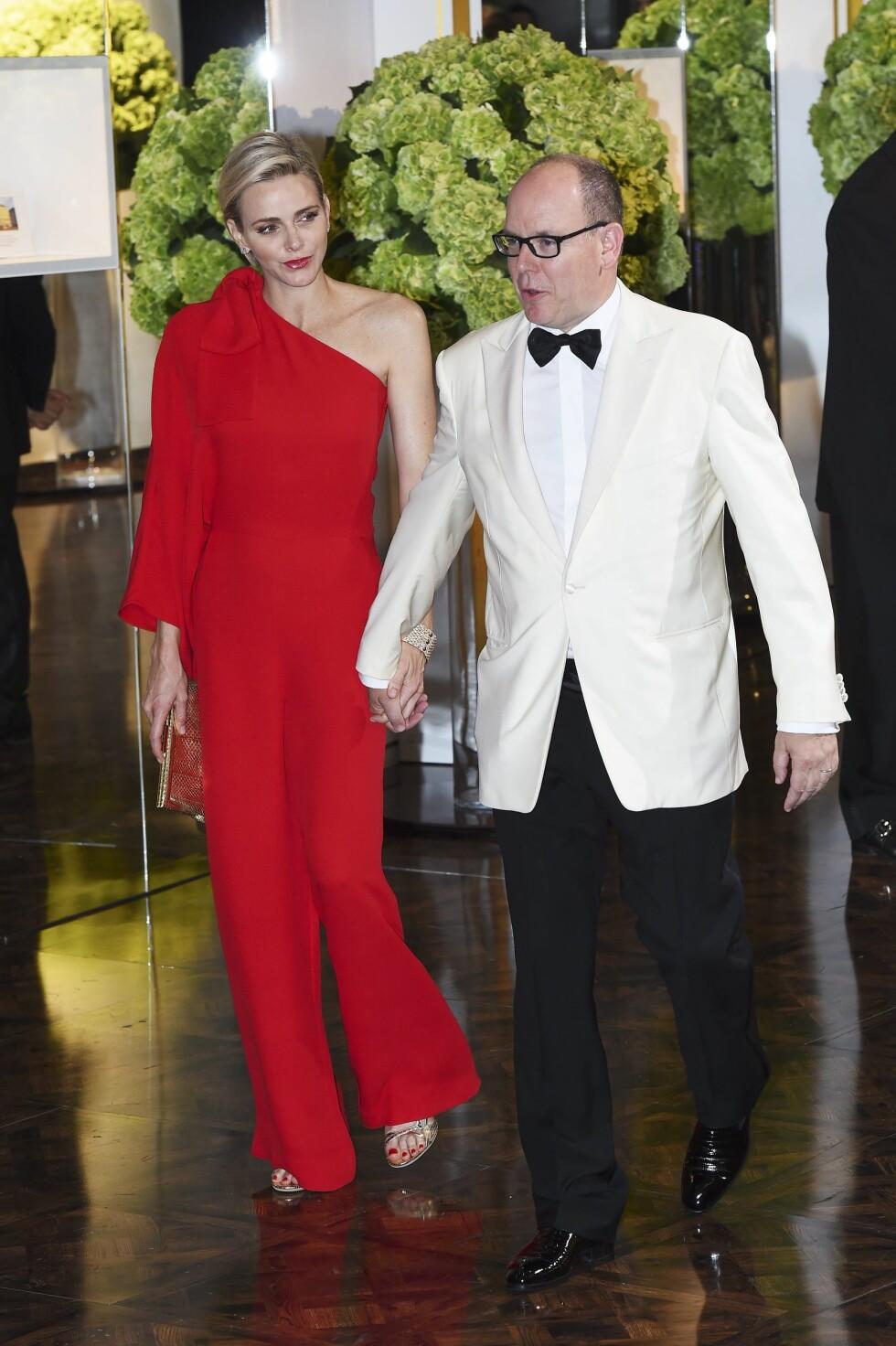 <strong>FLOTT FYRSTINNE:</strong> Fyrst Albert med kona fyrstinne Charlene under en tilstelning i Monaco i sommer. Det er ingen tvil om av den blonde eks-svømmeren kler den sjokkrøde fargen godt. Foto: NTB Scanpix