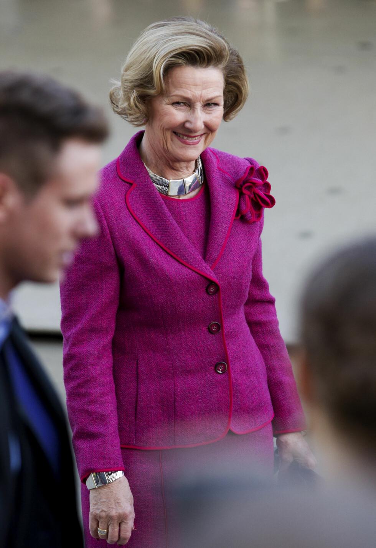 <strong>HOLDER SEG GODT:</strong> Dronning Sonja har passert 70 - men ser allikevel umåtelig fresh og stilfull ut. Dette bildet er fra 2012, og vår flotte dronning stråler i en lille-rød drakt. Foto: NTB scanpix