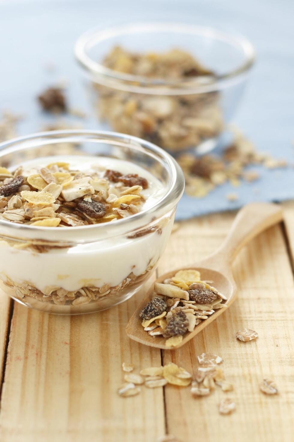 RASKT OG GODT: Ernæringsfysiolog Kari Bugge sikrer seg gode karbohydrater ved å spise yoghurt naturell med müsli som mellommåltid. Foto: Shutterstock