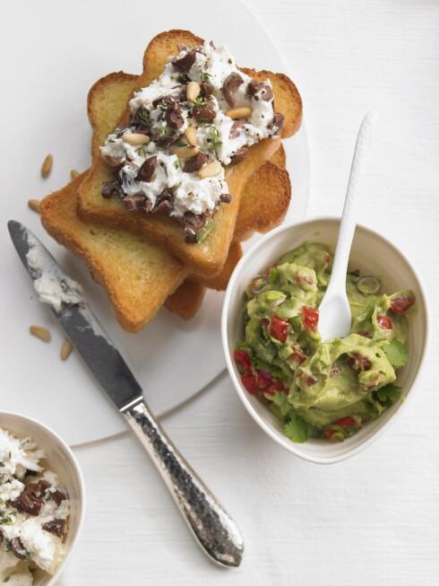 Bruschetta mit Ziegenkäse und Pinienkernen, Guacamole Foto: StockFood