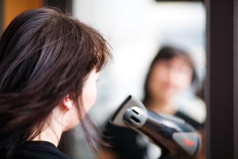HUSK VARMEBESKYTTENDE: Den største feilen frisørene ser er at mange av oss dropper varmebeskyttende spray når vi bruker varmeapparater på håret.  Foto: Scanpix