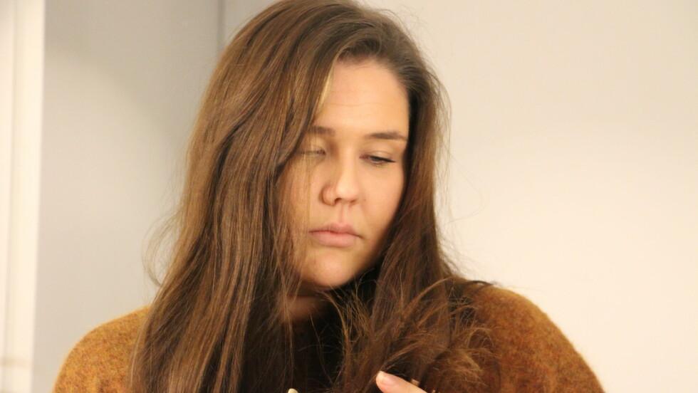 TØRT HÅR: Det kan skje mye med håret ditt når du sover, og legger du deg med vått hår er det ekstra sårbart. Sengetøy som absorberer mye fuktighet er samtidig med på å tørke ut håret ditt.  Foto: KK