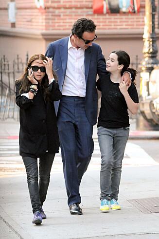 <strong>STEMOR:</strong> Mary-Kate Olsen (28) giftet seg med den franske bankmannen Olivier Sarkozy (46) i slutten av november. Her med Oliviers datter Margo i New York i 2012. Foto: © infusny-160/INFphoto.com/Corbis